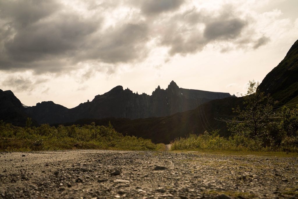 Uitzicht op Trolltindene op de weg naar Litlefjellet