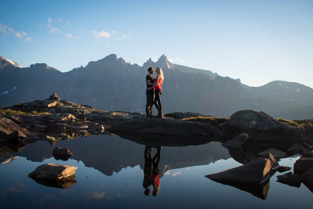 Verliefd stel bovenop Litlefjellet met Trollveggen op de achtergrond