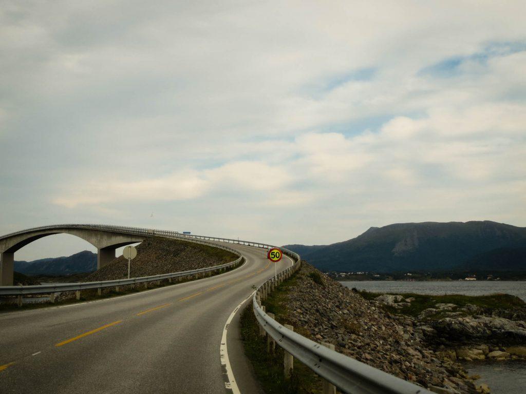 Eén van de acht bruggen van de Atlantische Weg