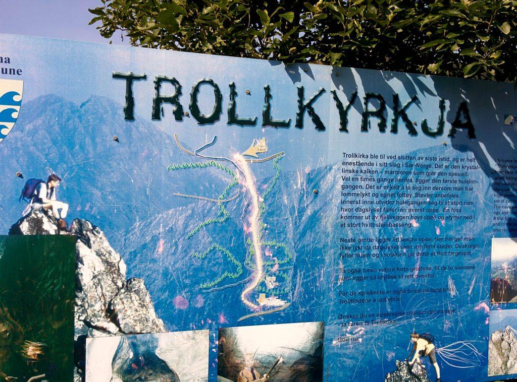 De route naar Trollkyrkja op een bord aan het begin van de wandeling