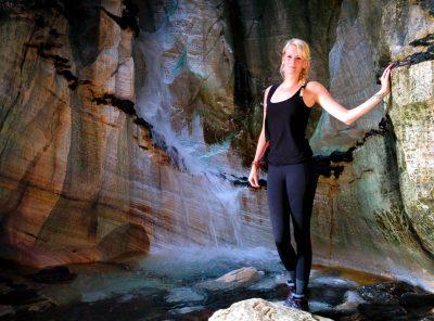 Vrouw poseert in Trollkirka Noorwegen