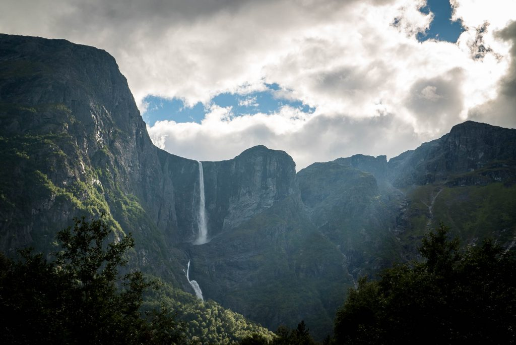 Aan het eindpunt van Aursjovegen zie je Mardalsfossen in de verte