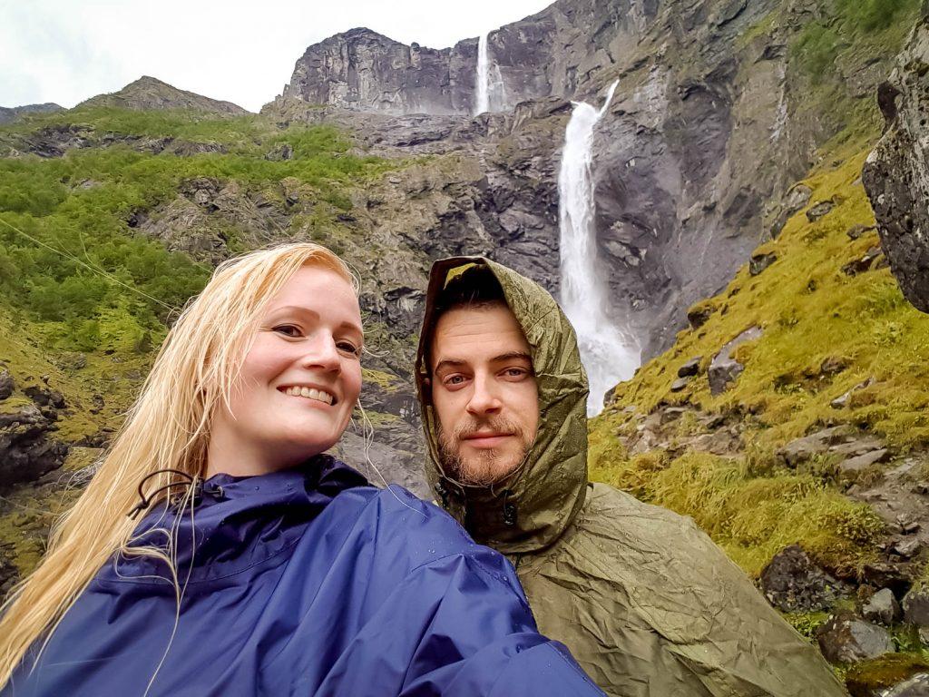 Samen in poncho's voor Mardalsfossen