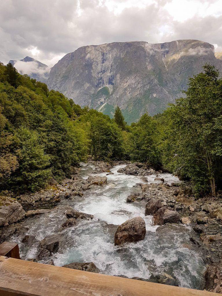 Uitzicht over de stroomversnellingen die de Mardalsfossen veroorzaakt.