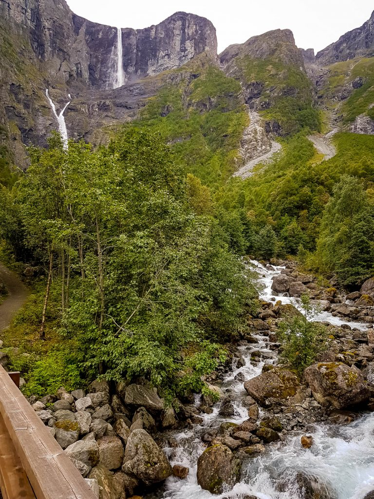 Onderweg naar Mardalsfossen zie je héél veel groen