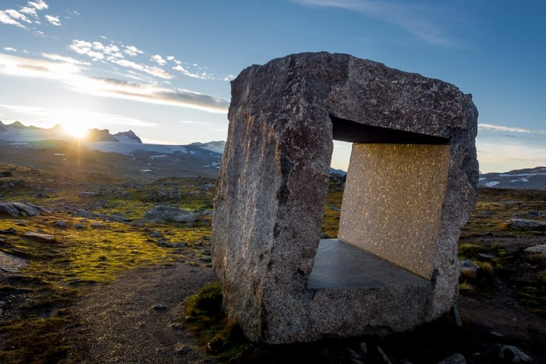 Nationaal Toeristische Routes - De zon schijnt op een bouwwerk op Sognefjellet