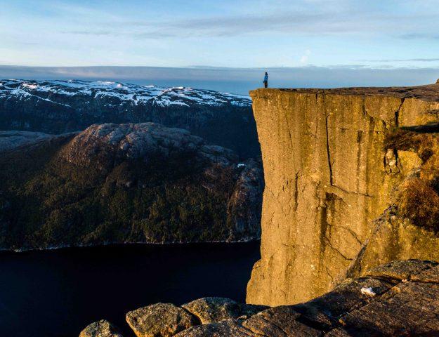 Uitkijken vanaf Preikestolen over het Lysefjord