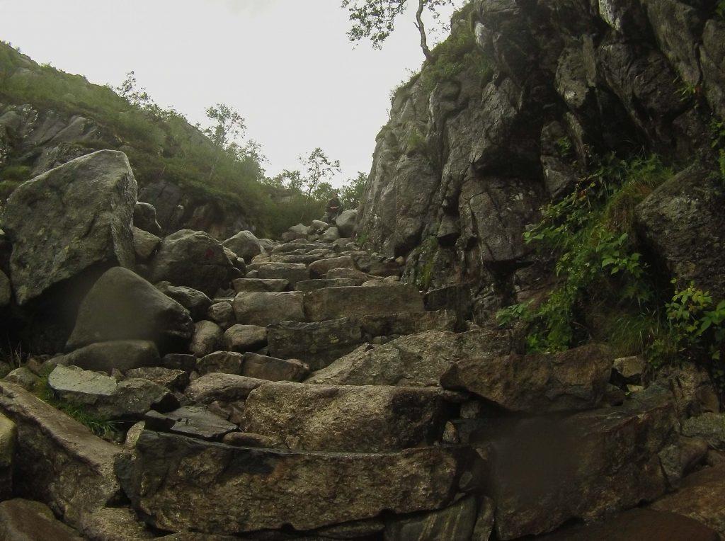 Bart-Jan op een stenen trap onderweg naar Preikestolen