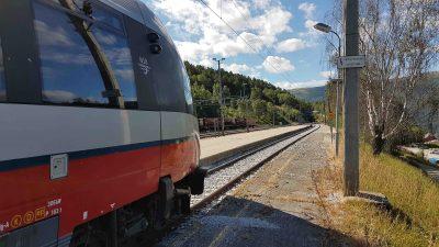 De Raumabanen trein staat stil in Dombas