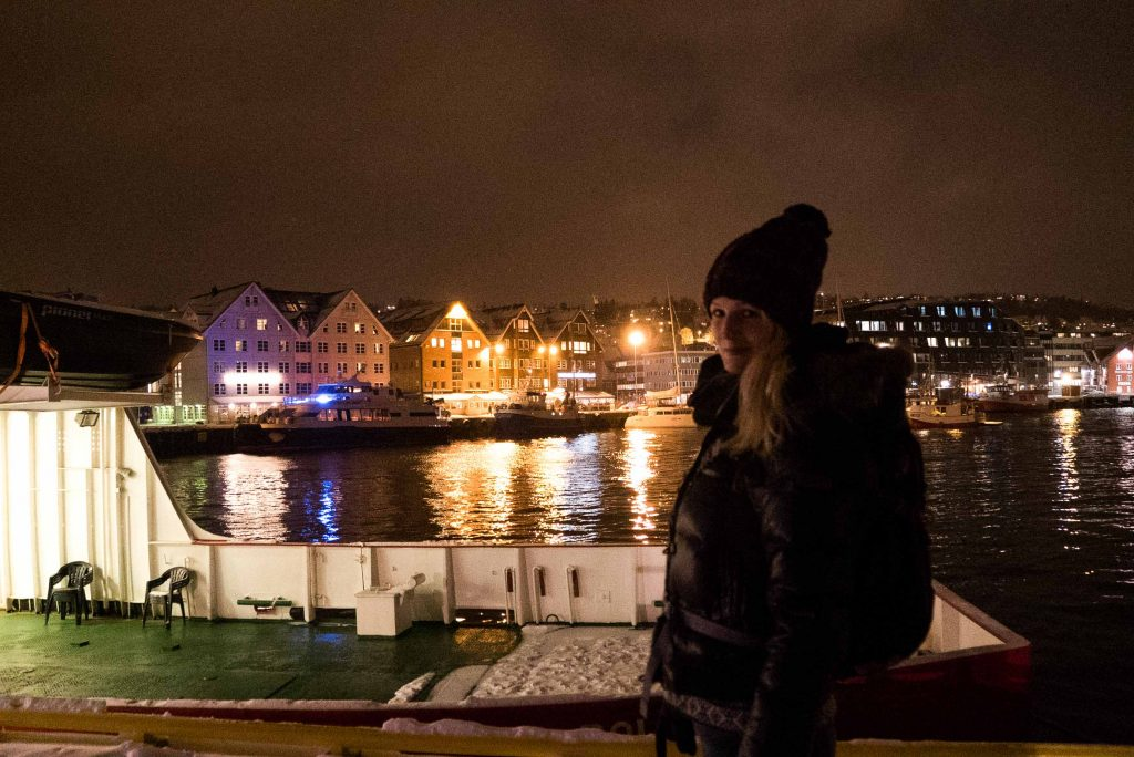 De verlichte haven van Tromsø in de avond
