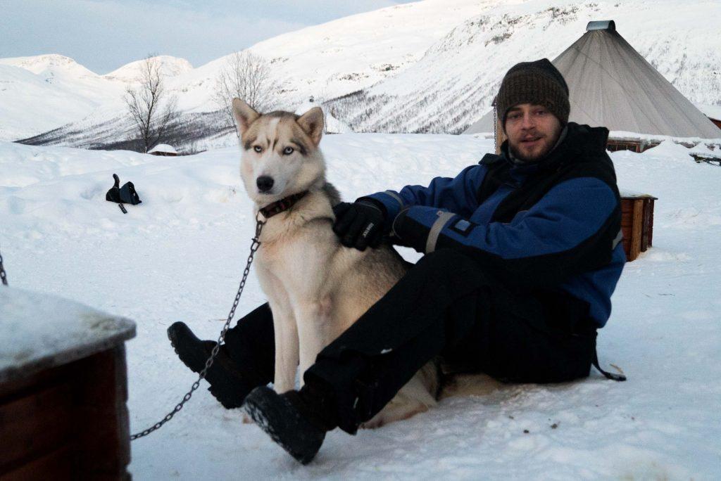 Huskies knuffelen bij Lyngsfjord Adventure