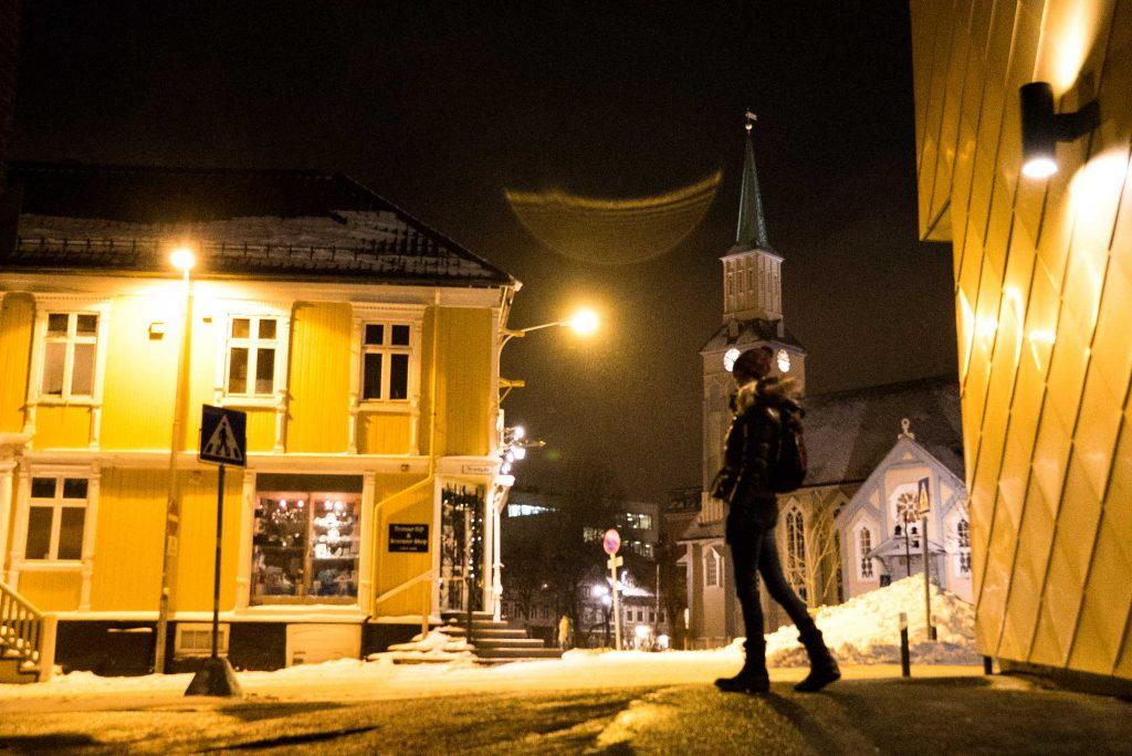 Struinen door het stadscentrum van Tromsø in het donker
