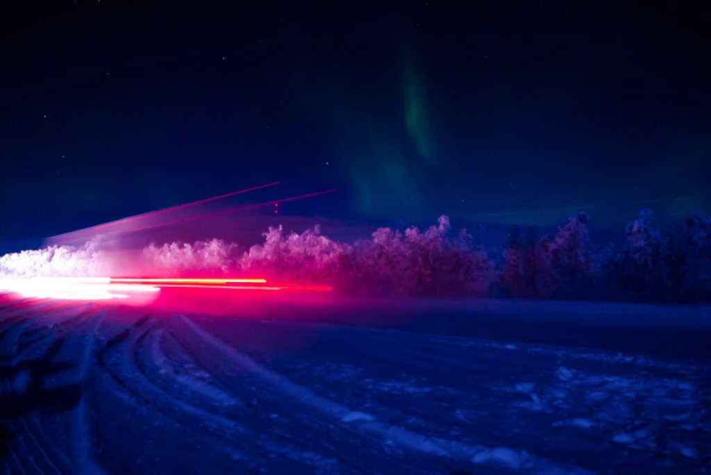 Langsrijdende vrachtwagen onder het Noorderlicht in Finland