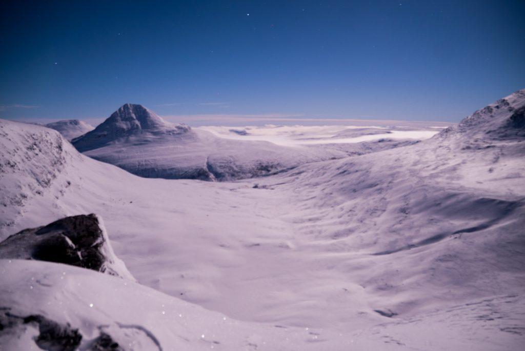 Uitzicht over besneeuwde bergtoppen op de grens van Noorwegen, Zweden en Finland