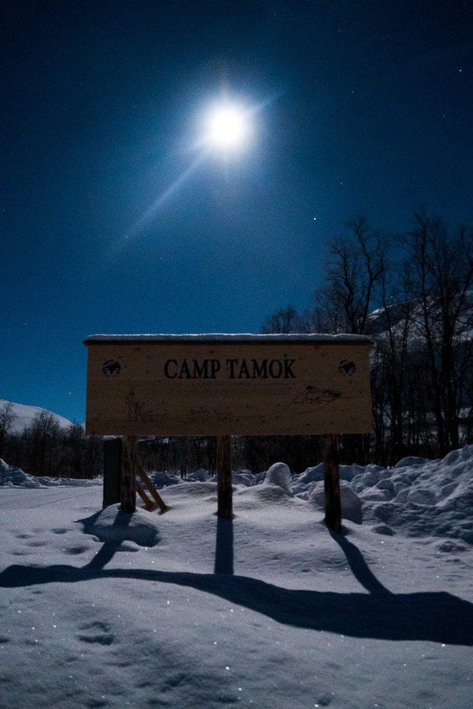 Het welkomsbord van Camp Tamok in Signaldalen