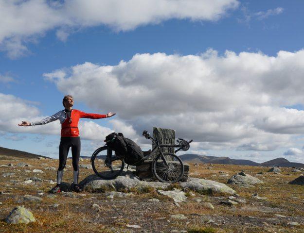 Walter poseert met zijn fiets ergens in Noorwegen
