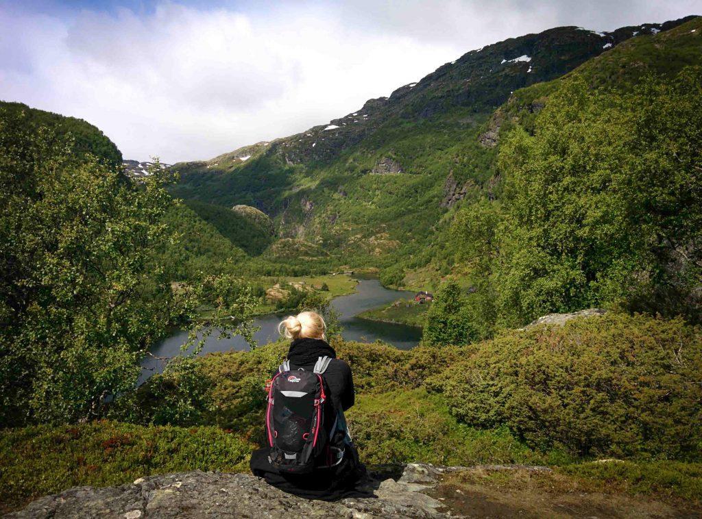 Vrouw geniet van het uitzicht over Aurlandsdalen