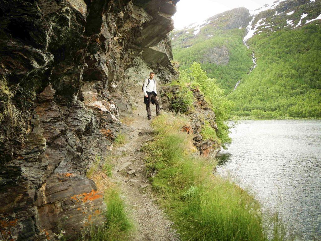 Man poseert bij Nesbøgalden in Noorwegen