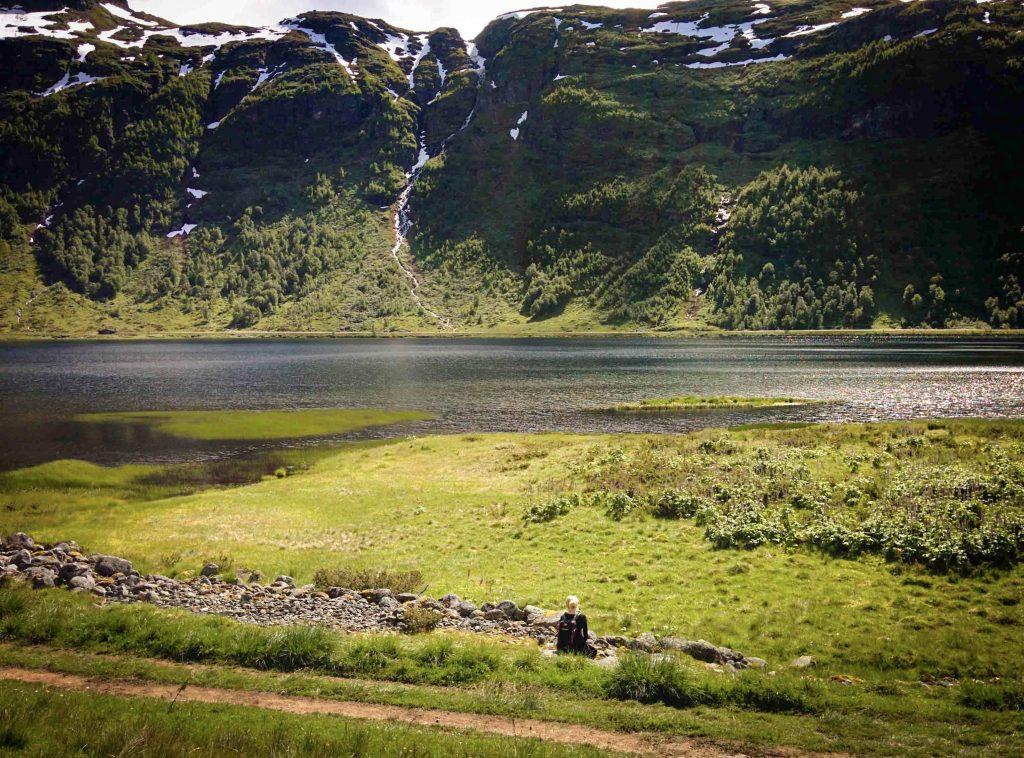 Vrouw geniet van het uitzicht in Aurlandsdalen