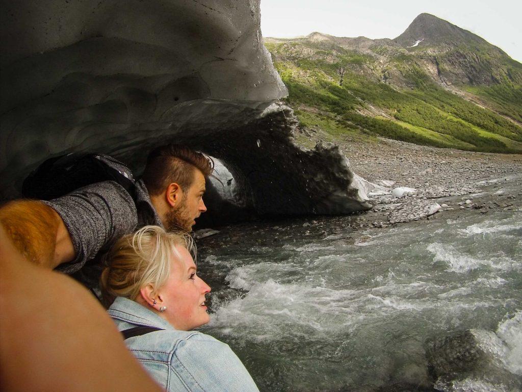 Avonturiers zitten bij Boyabreen gletsjer