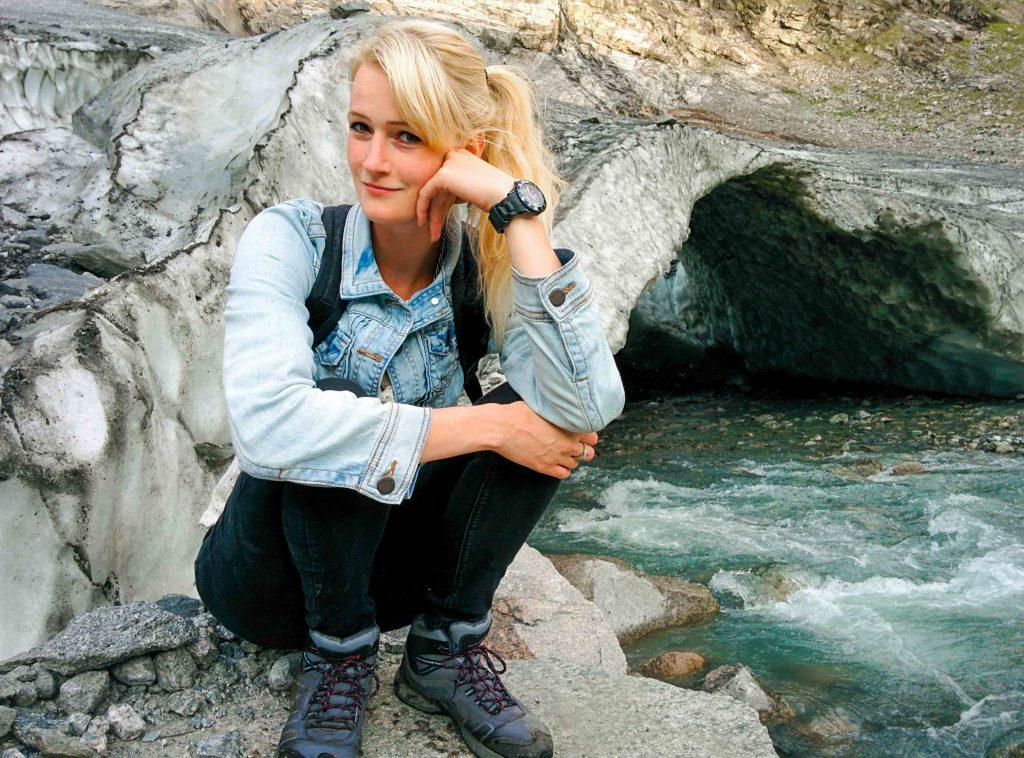 Glimlachende vrouw bij Boyabreen gletsjer