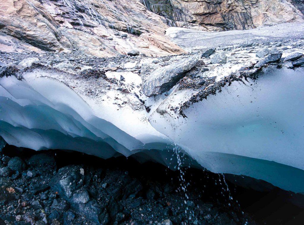 Waterdruppels vallen van de Boyabreen gletsjer