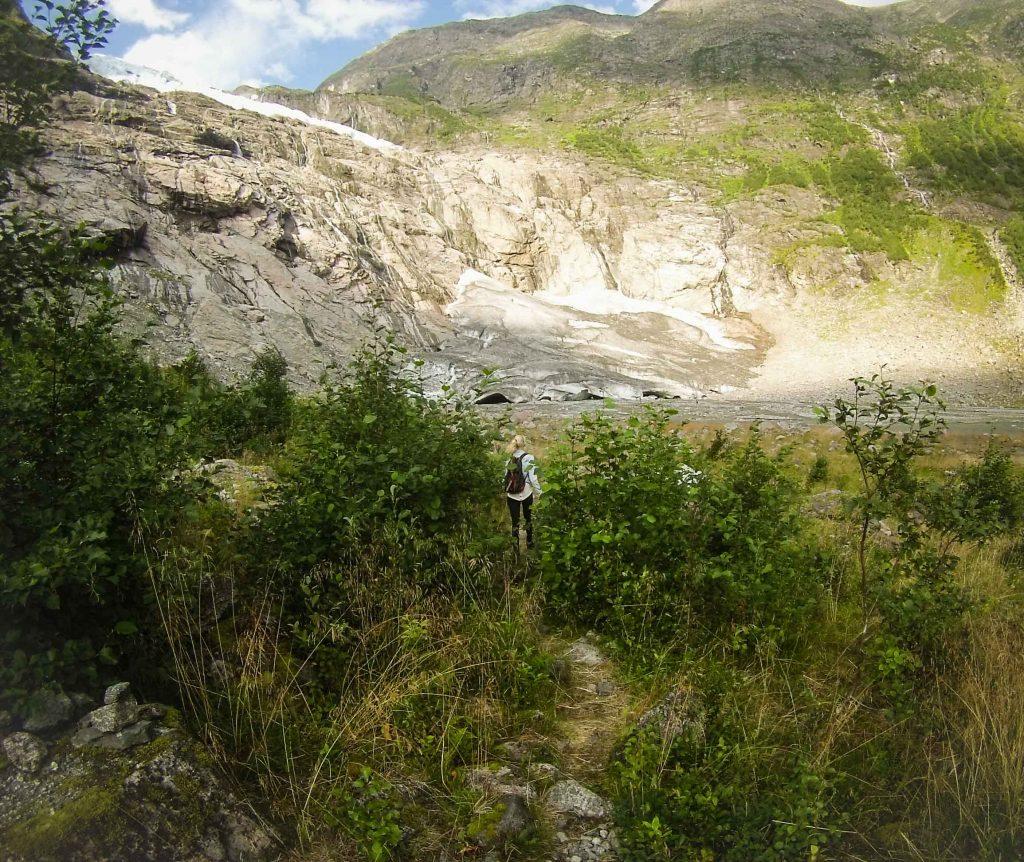 Vrouw wandelt naar Boyabreen gletsjer Noorwegen