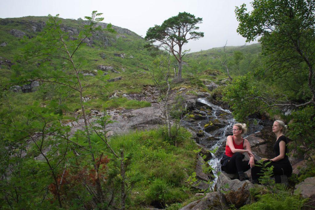Twee vrouwen in natuurreservaat Trollkirkedalen Noorwegen