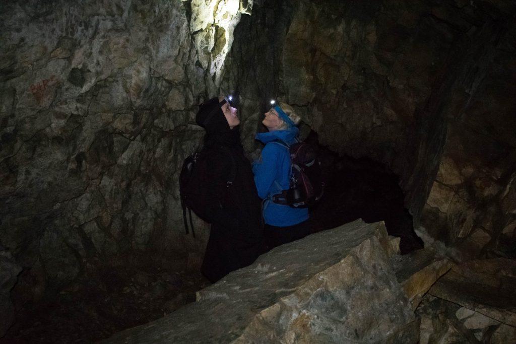 Vrouwen met hoofdlamp in Trollkirka grot Noorwegen