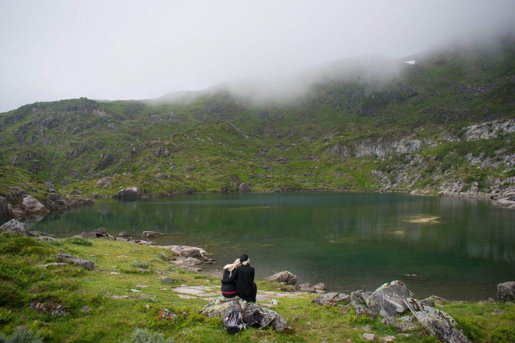 Twee vrouwen zitten aan het Trollvatnet in Noorwegen