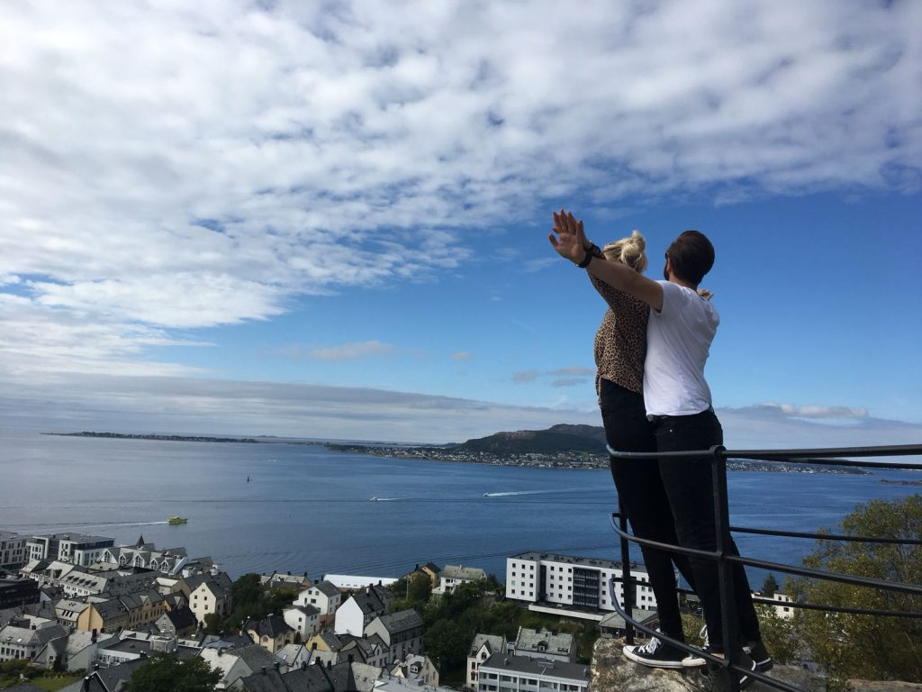 Koppen poseert op Byrampen in Ålesund
