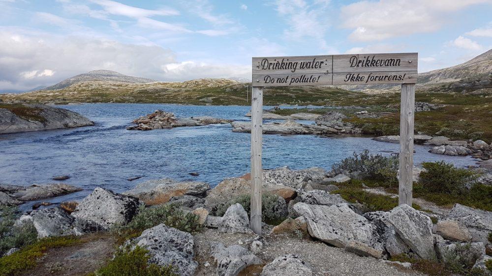 Een bord langs de weg dat drinkwater markeert