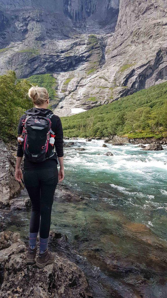 Vrouw bewondert Trollveggen en de Rauma rivier