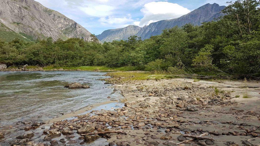 Een kiezelstrandje langs de Rauma rivier