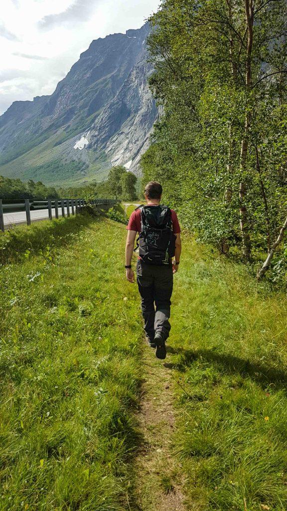 Een man wandelt langs de weg in Romsdalen