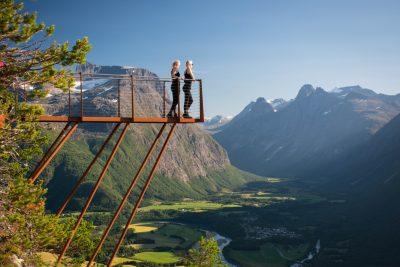 Twee vrouwen poseren op Rampestreken uitkijkpunt