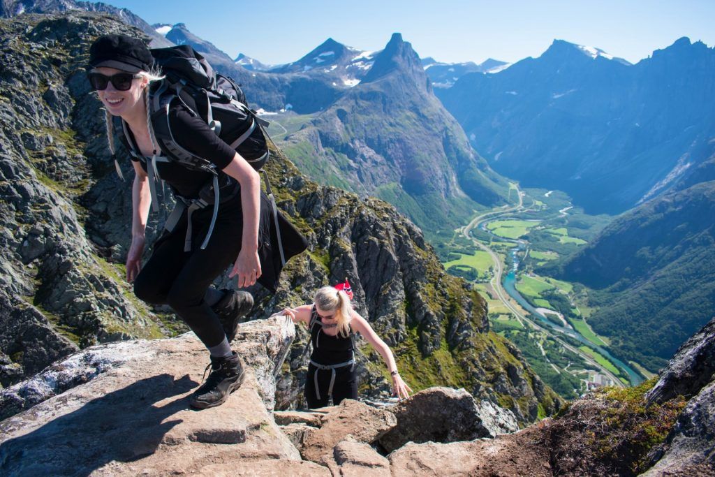 Twee vrouwen beklimmen Romsdalseggen