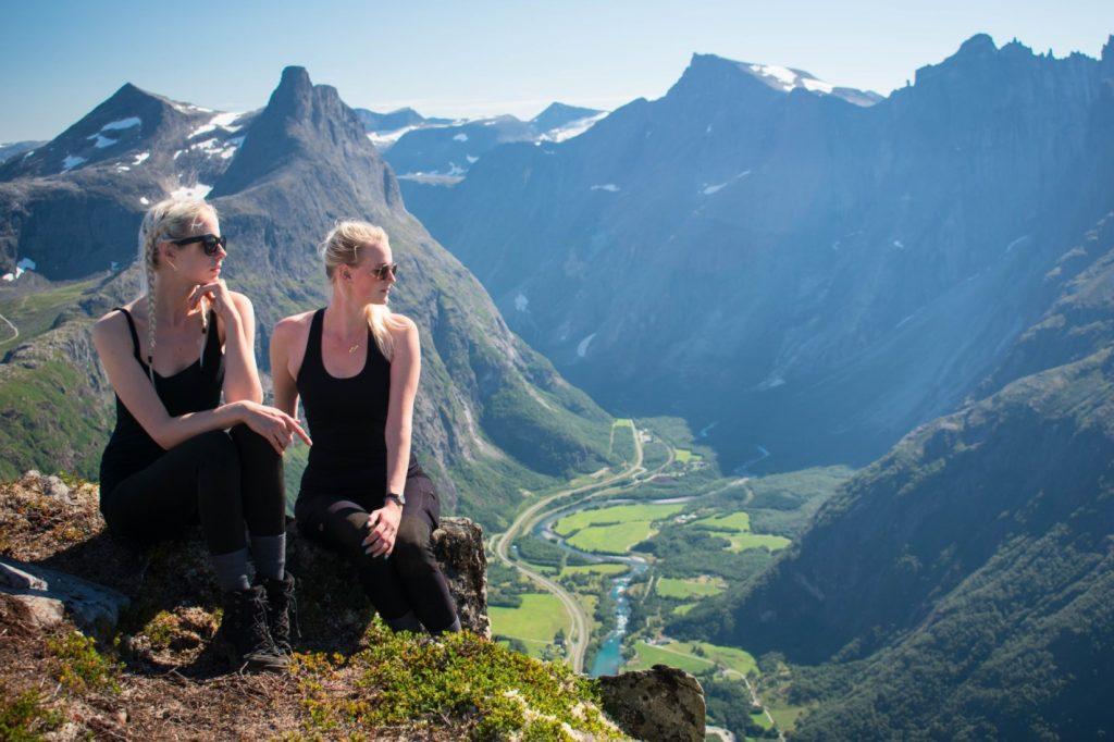 Twee vrouwen poseren tijdens de Romsdalseggen wandeling