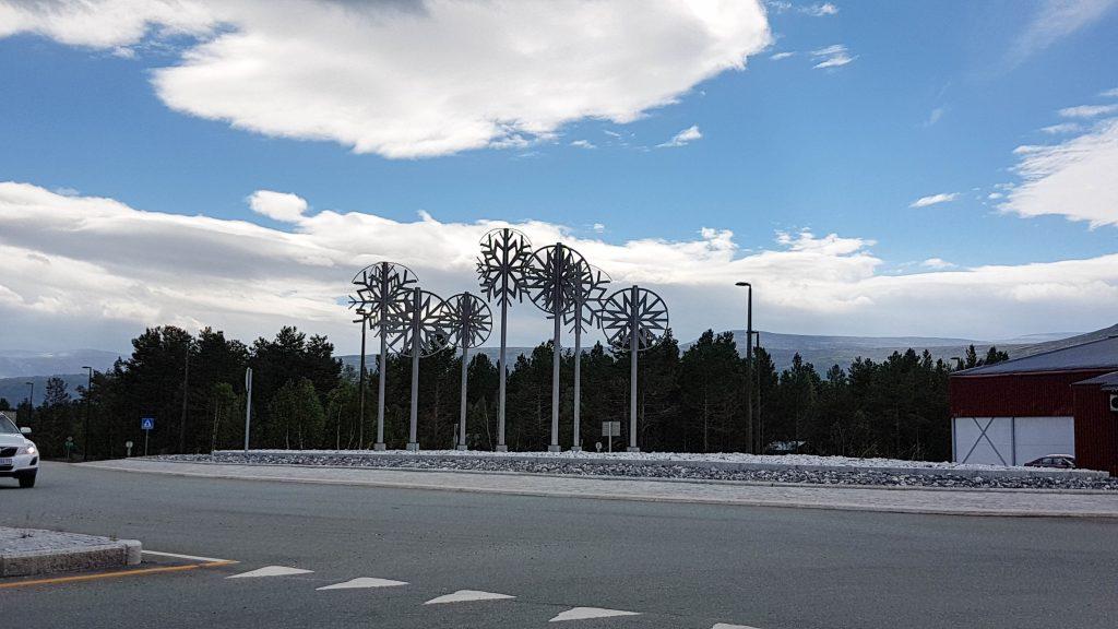IJzeren sneeuwvlokken op de rotonde richting Dombås