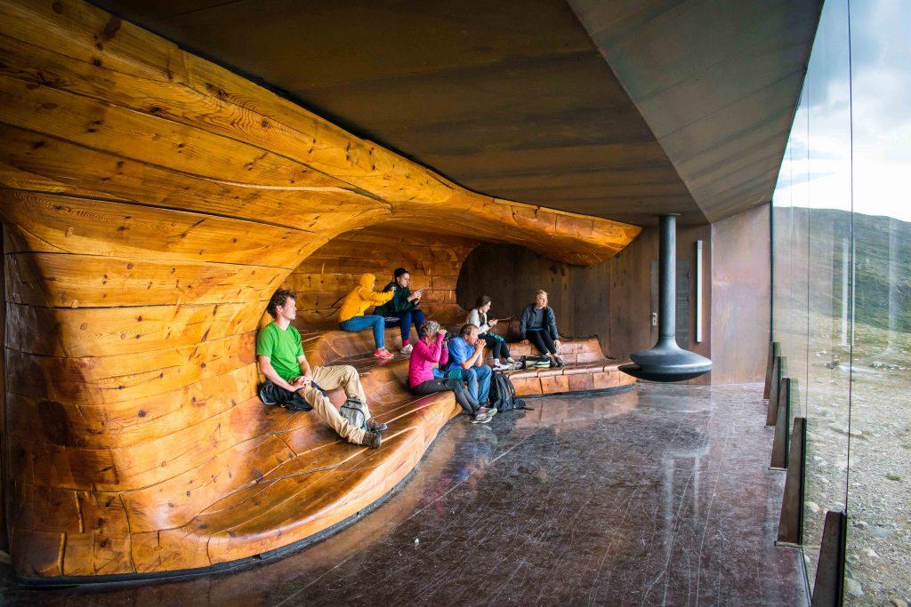 Groep toeristen geniet van het uitzicht vanuit Snøhetta uitkijkpunt