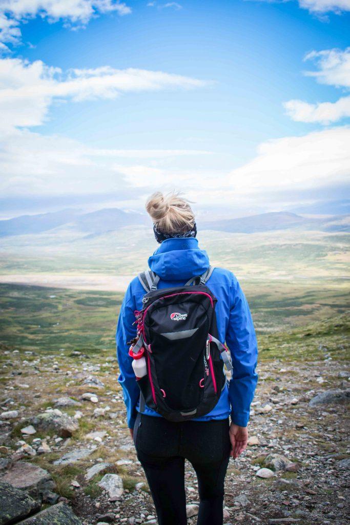 Vrouw poseert in national park Dovrefjell-Sundalsfjella