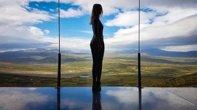 Vrouw poseert voor het uitzicht vanuit Snøhetta uitkijkpunt over Dovrefjell-Sundalsfjella