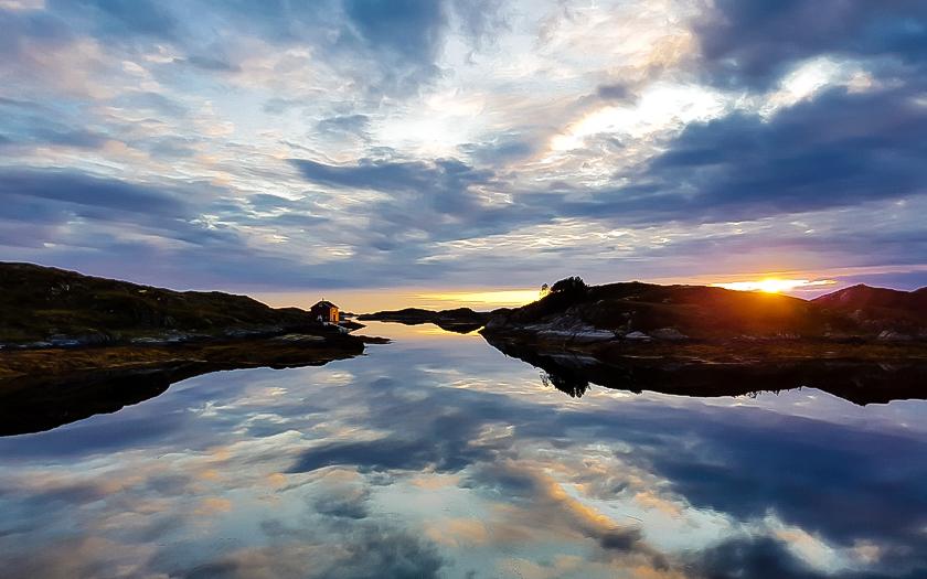 Zonsondergang op Smola, fjord-Noorwegen