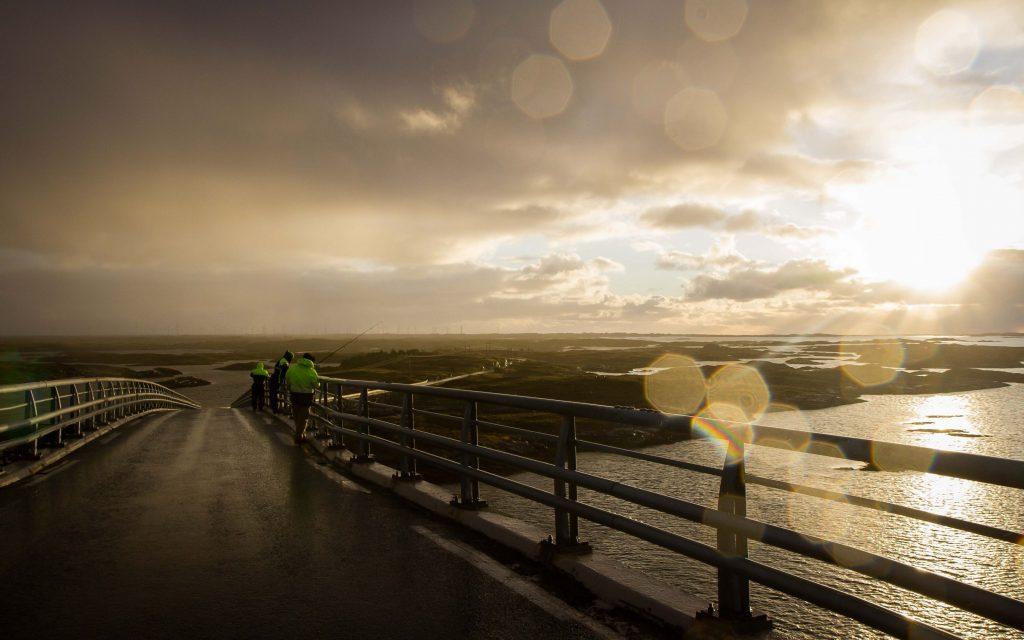 Vissers op een brug in Smola