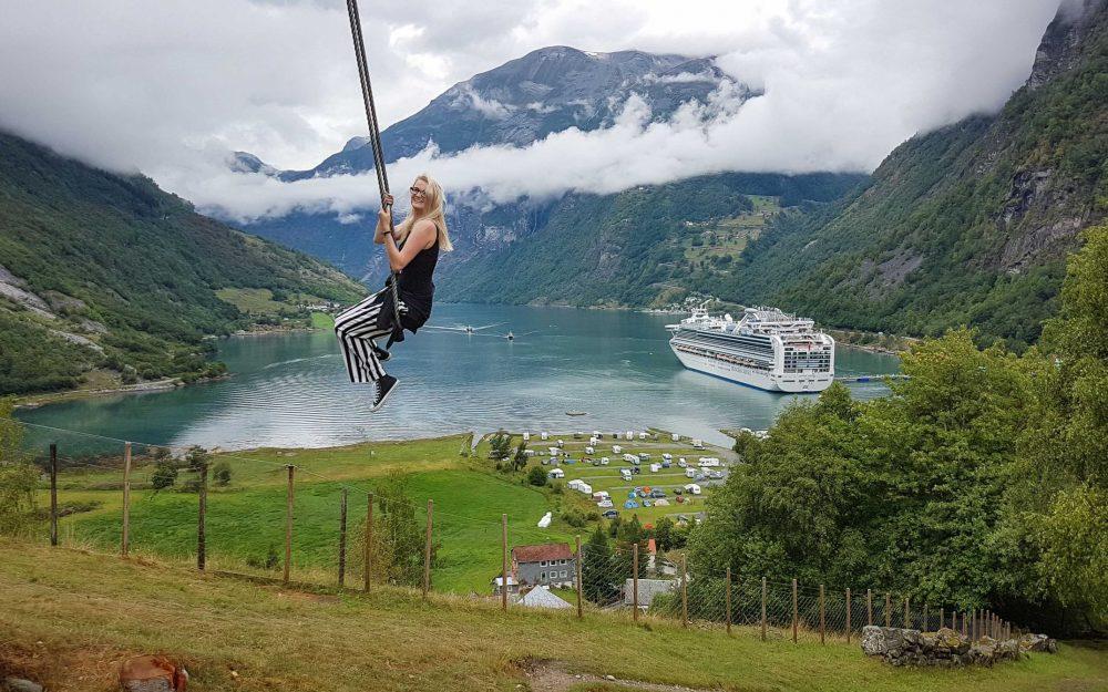 Schommelen in Geiranger, fjord-Noorwegen
