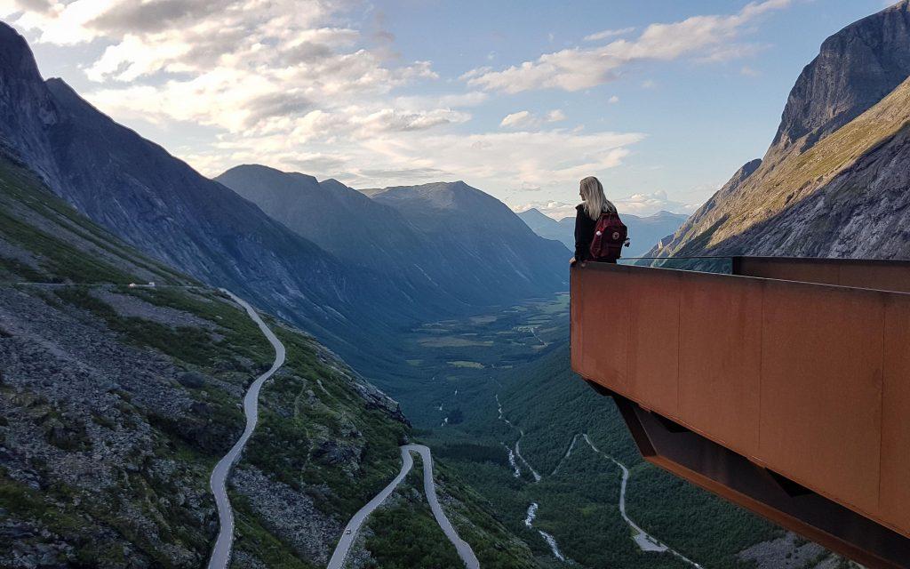 Trollstigen uitkijkpunt in fjord-Noorwegen