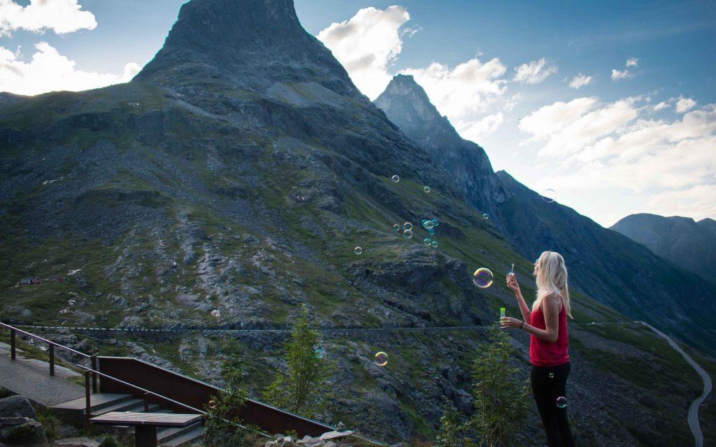 Bellen blazen op Trollstigen in fjord-Noorwegen