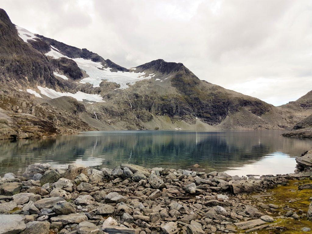 Het bergmeer Bispevatnet in Romsdalen
