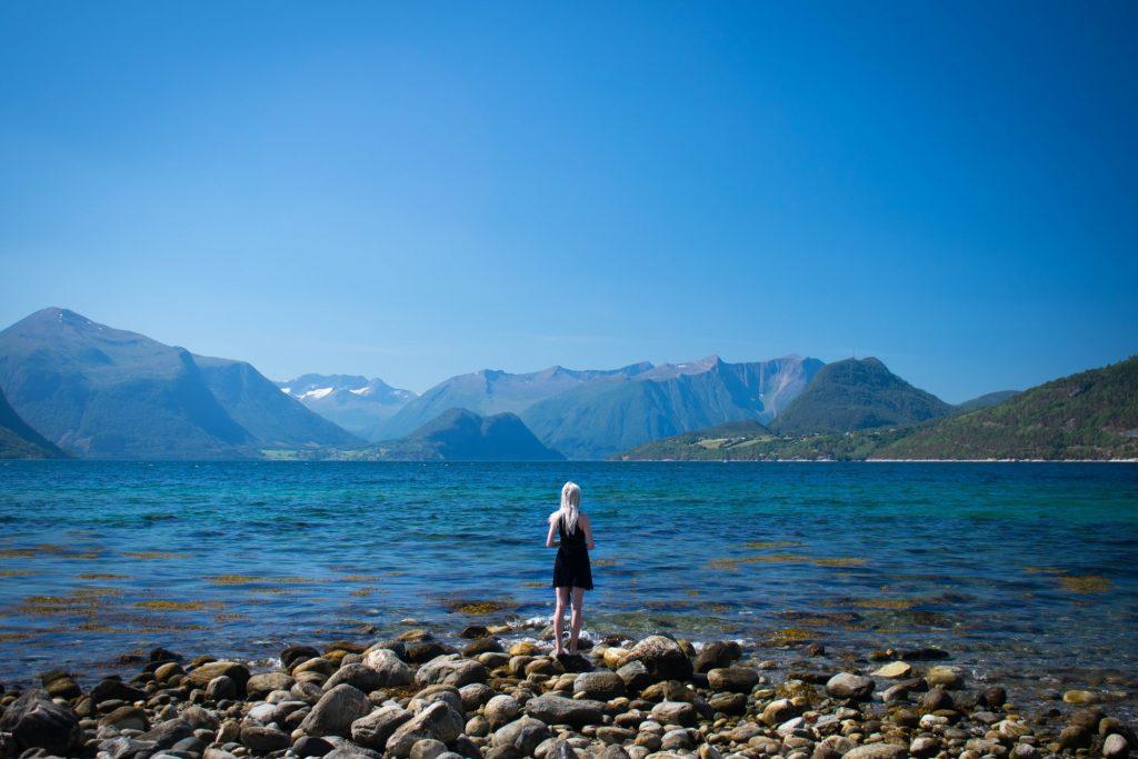 Ontspannen aan het knalblauwe Isfjord in Åndalsnes