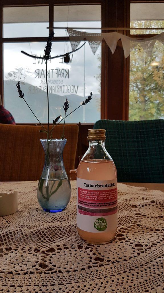 Een flesje rabarbersap van Sødahlhuset Åndalsnes